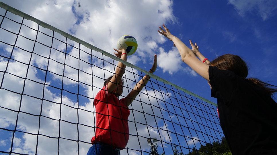Соревнования по волейболу среди девушек в Артеке