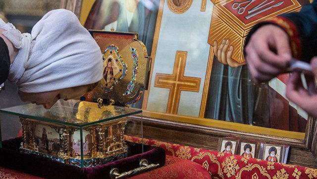 Прихожанка Донского монастыря Москвы у мощей святителя Луки Крымского
