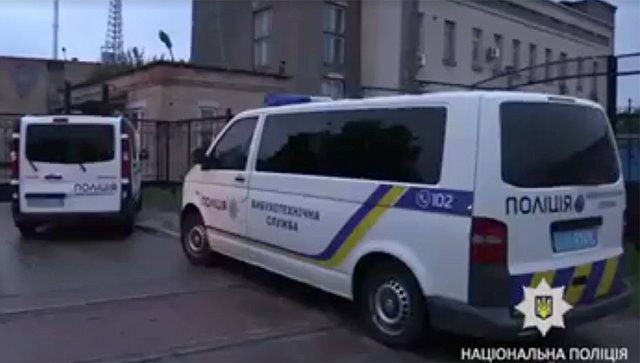 Полицейские автомобили в районе взрыва на территории склада в Киеве