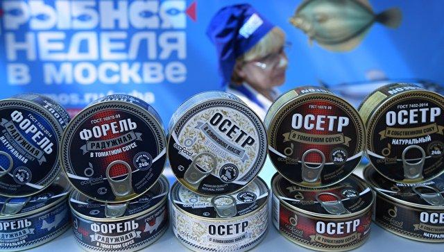 Рыбные консервы на прилавке во время фестиваля Рыбная неделя в Москве