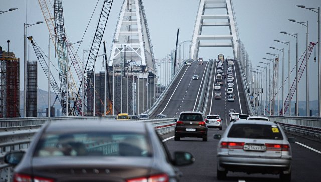 Автомобильное движение по автодорожной части Крымского моста. Архивное фото
