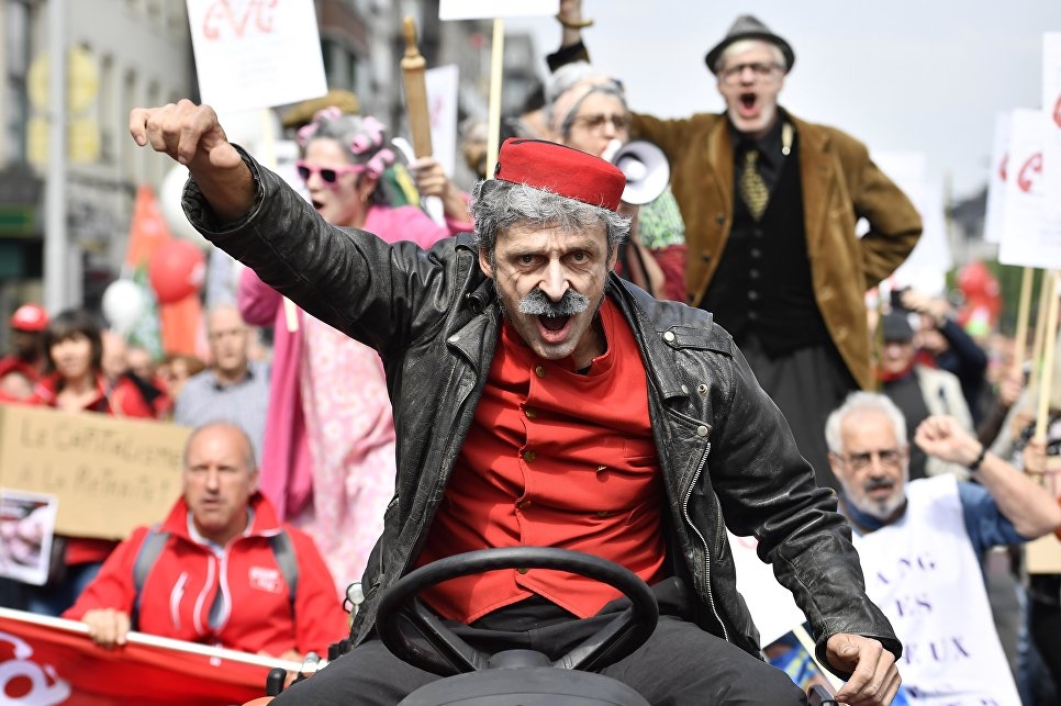 Участник акции протеста против пенсионной реформы в Брюсселе
