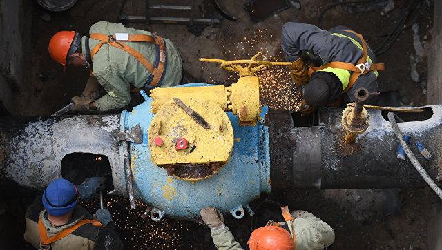 Сотрудники Мосгаз производят ремонт газопровода
