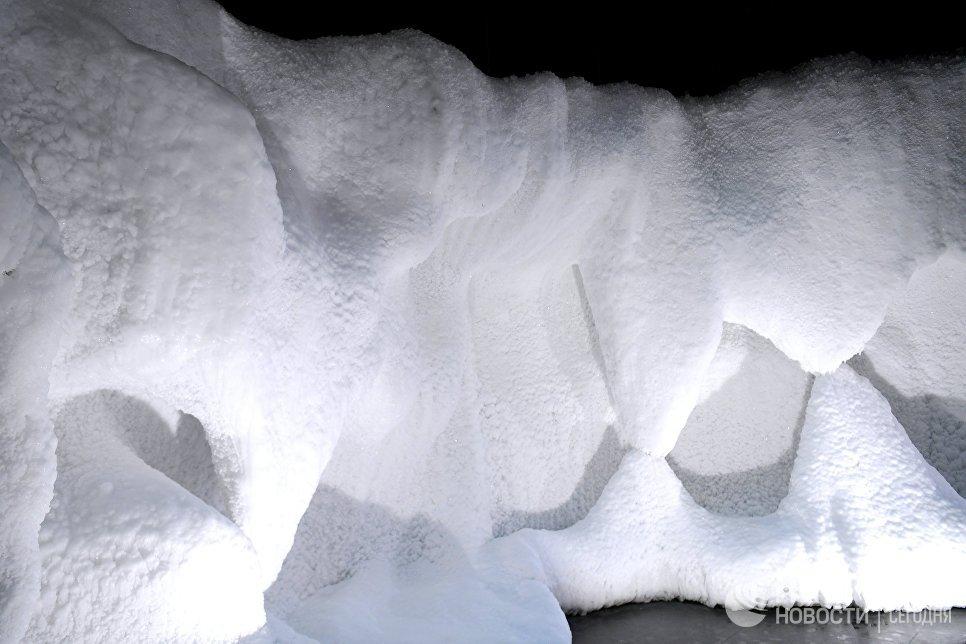 Павильон Ледяная пещера в природно-ландшафтном парке Зарядье в Москве