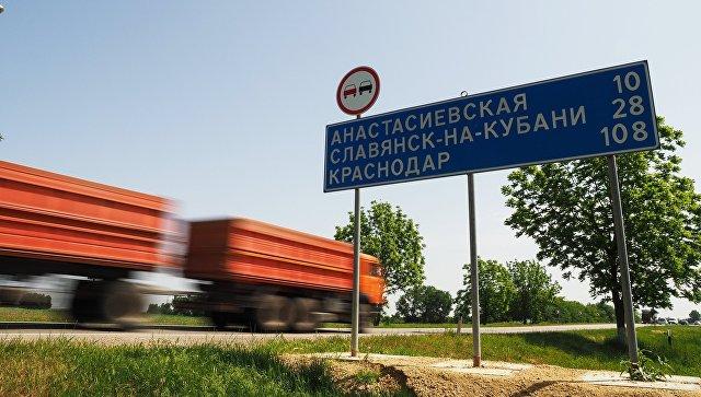 Автомобильное движение по трассе Краснодар - Керчь, ведущей к Крымскому мосту. Архивное фото