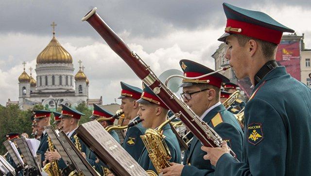 Музыканты Сводного духового оркестра на открытии Программы Военные оркестры в парках в Александровском саду
