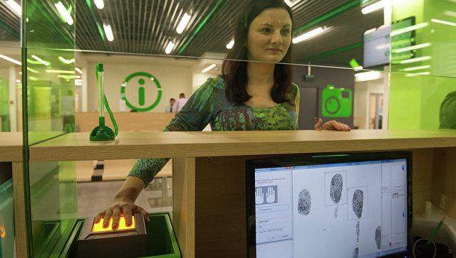 Клиентка в визовом центре Pony Express в Москве после вступления в силу новых правил подачи документов на получение шенгенских виз