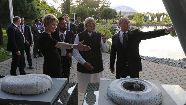 Президент РФ Владимир Путин и премьер-министр Республики Индии Нарендра Моди во время посещения образовательного центра Сириус. 21 мая 2018