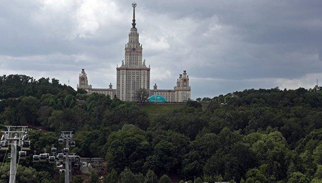 Вид на главное здание Московского государственного университета имени М. В. Ломоносова. Архивное фото