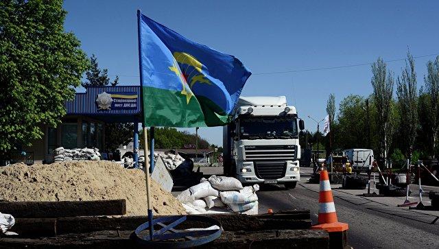 Флаг ВДВ Украины на блокпосту в Донецкой области. Архивное фото