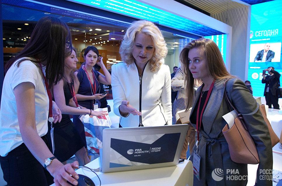 Заместитель председателя правительства РФ Татьяна Голикова на стенде Международного информационного агентстваРоссия сегодня на Петербургском международном экономическом форуме 2018