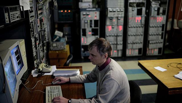 Сотрудник научного центра во время работы в Институте ядерной физики имени Г.И. Будкера в Новосибирске. Архивное фото