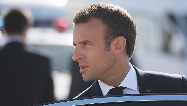 Президент Франции Эммануэль Макрон во время церемонии встречи в аэропорту Пулково. 24 мая 2018