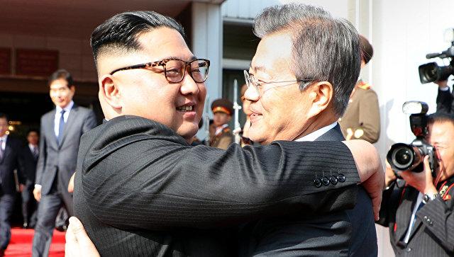 Лидер КНДР Ким Чен Ын и президент Южной Кореи Мун Чжэ Ин. Архивное фото