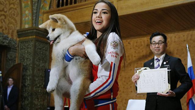Российская фигуристка Алина Загитова с щенком японской породы акита-ину. Архивное фото
