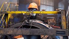 Рабочий на стелелитейном заводе в Кот-д'Ивуаре