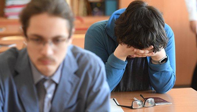 Ученики, сдающие ЕГЭ, перед началом экзамена. Архивное фото