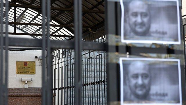 Листовки с портретом убитого российского журналиста Аркадия Бабченко у здания посольства РФ в Киеве. 30 мая 2018