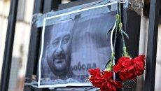 Цветы в память об убитом российском журналисте Аркадии Бабченко у здания посольства РФ в Киеве. Архивное фото
