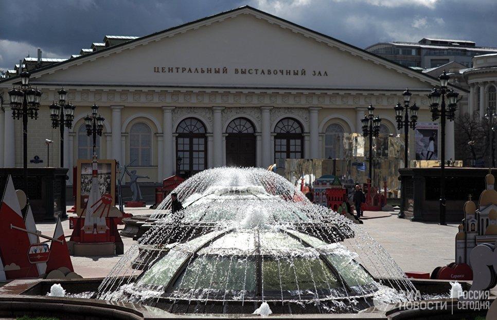 Центральный выставочный зал Манеж на Манежной площади в Москве