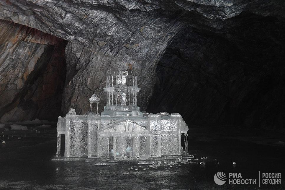 Копия Исаакиевского собора изо льда в подземном парке Рускеала