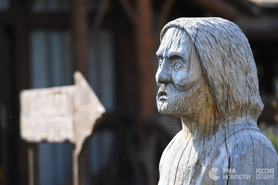 Деревянная статуя у водопадов Ахвенкоски.