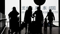 Пассажиры с багажом в китайском аэропорту. Архивное фото