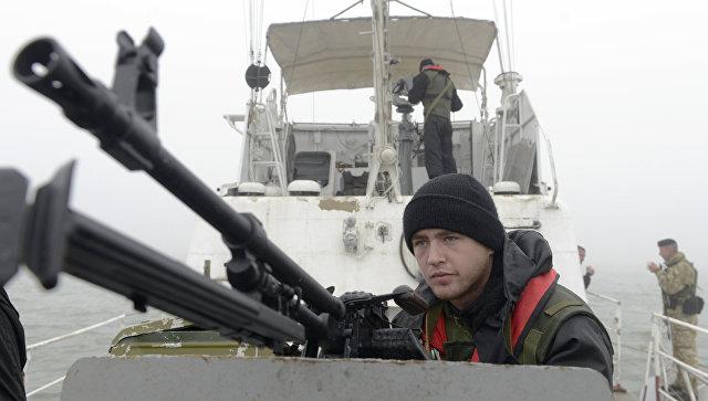 Сотрудники береговой охраны Украины патрулируют Азовское море в районе Мариуполя. Архивное фото