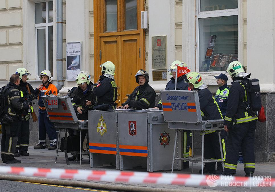 Сотрудники мобильного штаба МЧС РФ, координирующие действия по тушению пожара на крыше Дома педагогической книги в Москве.