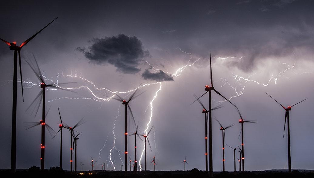Вспышки молний над ветропарком около Зиверсдорфа, Германия