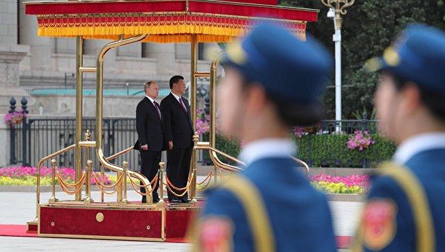 Президент РФ Владимир Путин и председатель КНР Си Цзиньпин на площади Тяньаньмэнь в Пекине. 8 июня 2018