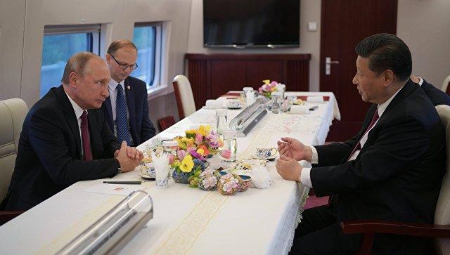 Президент РФ Владимир Путин и председатель КНР Си Цзиньпин едут на электропоезде в Тяньцзинь. 8 июня 2018