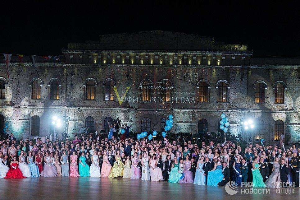 Участники V Большого благотворительного офицерского бала на Площади Михайловской береговой батареи в Севастополе. 11 июня 2018