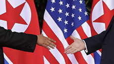 Лидеры США и Северной Кореи обменялись рукопожатием на саммите в Сингапуре. Архивное фото