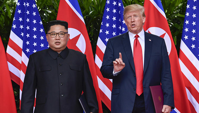 Лидер КНДР Ким Чен Ын и президент США Дональд Трамп во время встречи в Сингапуре. 12 июня 2018