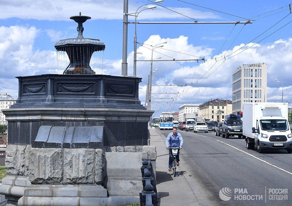 Автомобильное движение по Крестовскому путепроводу