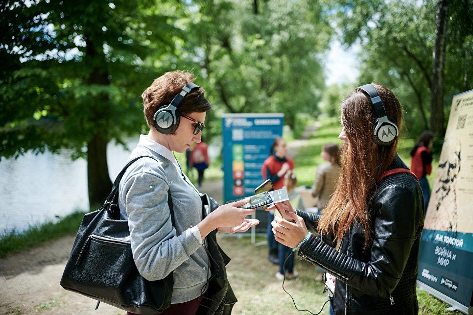 Гости «Толстой Weekend» в Ясной Поляне слушают аудиоспектакль-прогулку «Война и мир»