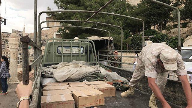 Российские военные передают гуманитарную помощь в Сирии. Архивное фото