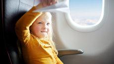 Девочка в салоне самолета