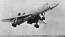 Советский самолет Ту-22 во время взлета