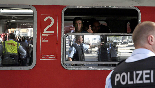 Беженец на центральном железнодорожном вокзале в Мюнхене. Архивное фото