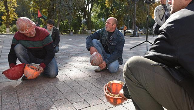 Шахтеры устроили пикет у здания Рады