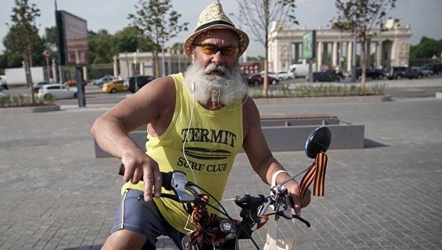 Мужчина на велосипеде в центре Москвы. Архивное фото