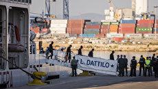 Итальянский патрульный корабль Dattilo с мигрантами в порту Валенсии, Испания. 17 июня 2018