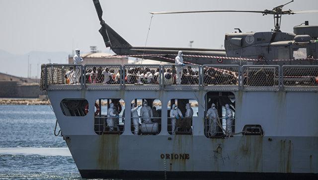 Сторожевой корабль Orione ВМС Италии с мигрантами на борту в порту Валенсии, Испания. 17 июня 2018. Архивное фото