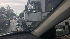 На месте столкновения микроавтобуса с двумя легковушками в Санкт-Петербурге. 19 июня 2018