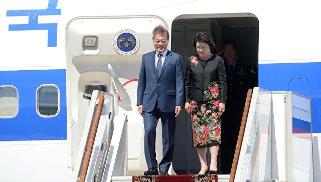 Президент Республики Корея Мун Чжэ Ин с супругой Ким Чжон-сук во время встречи в аэропорту Внуково-2. 21 июня 2018