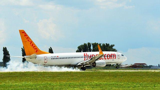 У самолета, летевшего из России в Турцию, отказал двигатель