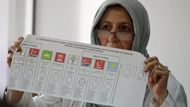 Подсчет голосов на избирательном участке в Анкаре. Архивное фото