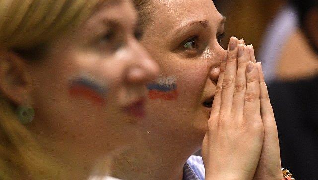 Болельщицы во время просмотра трансляции матча группового этапа чемпионата мира по футболу между сборными Уругваем и России. Архивное фото